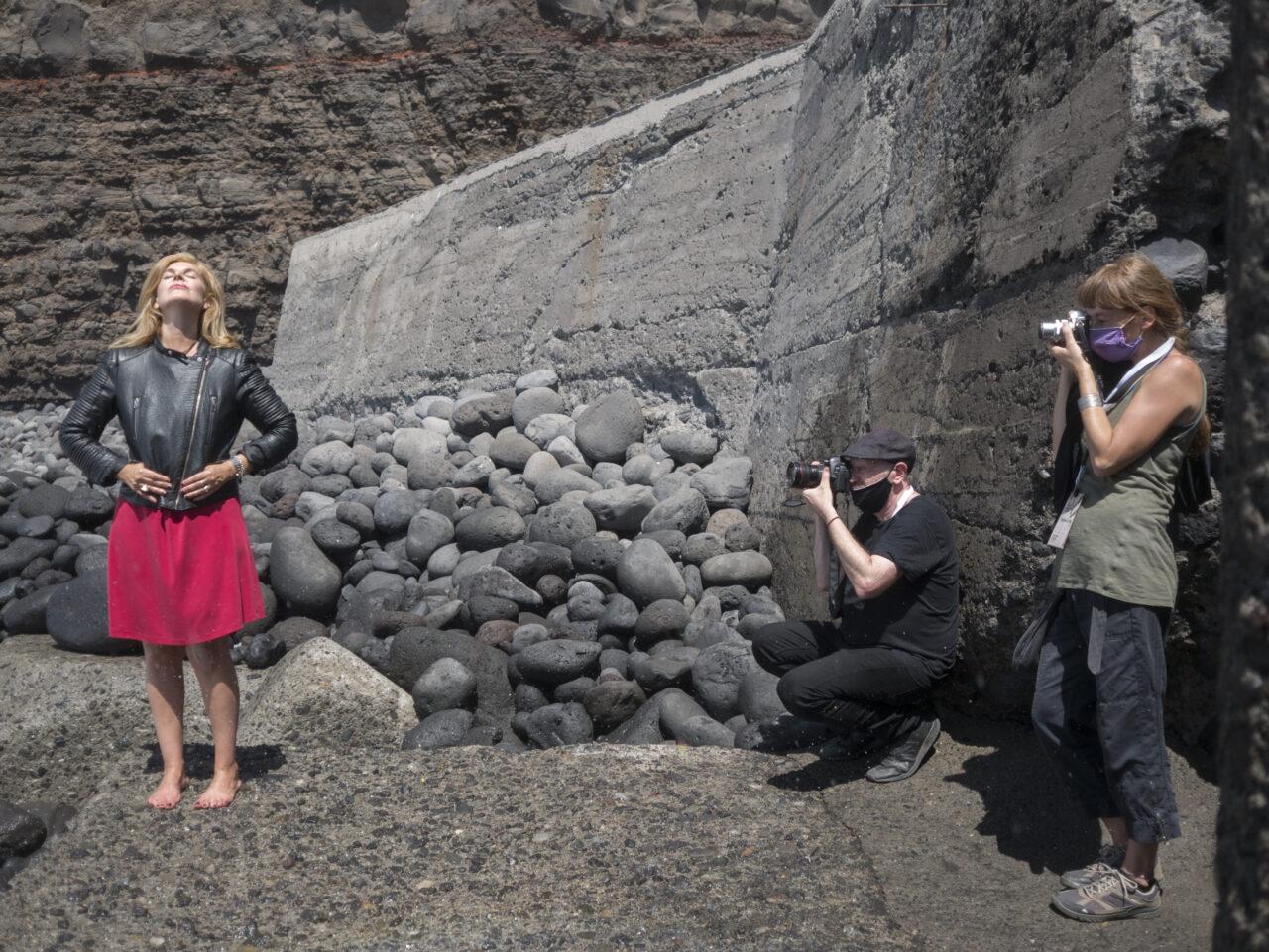 Daniel Mordzinski y Stefania Mucci, becada del Centro de Fotografía Isla Bonita para realizar prácticas durante el III Festival Hispanoamericano de Escritores que se celebra en Los Llanos de Aridane, realizan un retrato a Valeria Correa Fiz.
