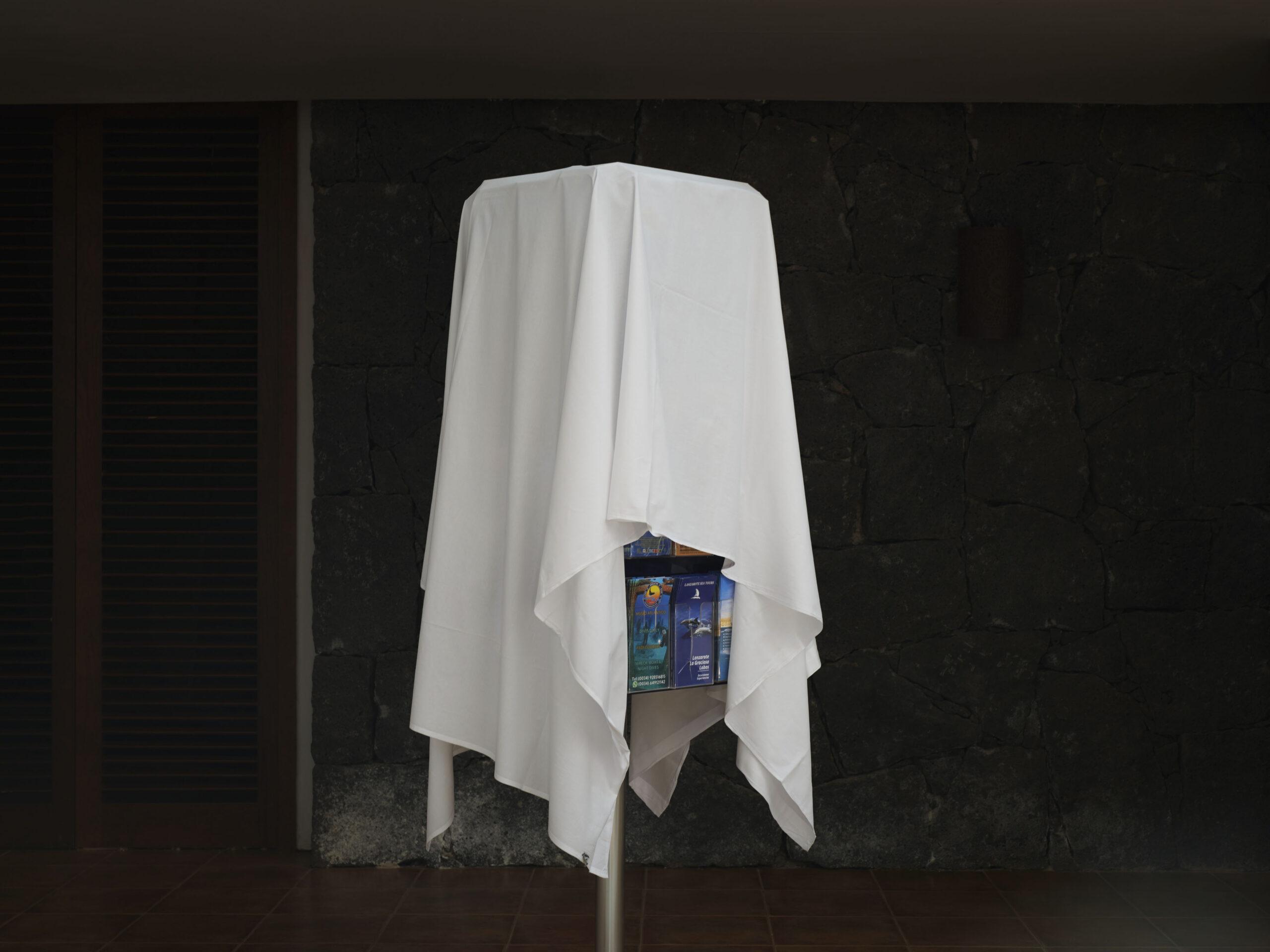"""Primer Premio. Categoría: Sociedad (Serie). Serie fotográfica """"La isla diferente"""" . Fotografías realizadas en Lanzarote entre el 8 de abril y el 5 de mayo, mientras ocurría el estado de alarma provocado por la COVID-19, en espacios destinados al turismo. Rubén Acosta"""