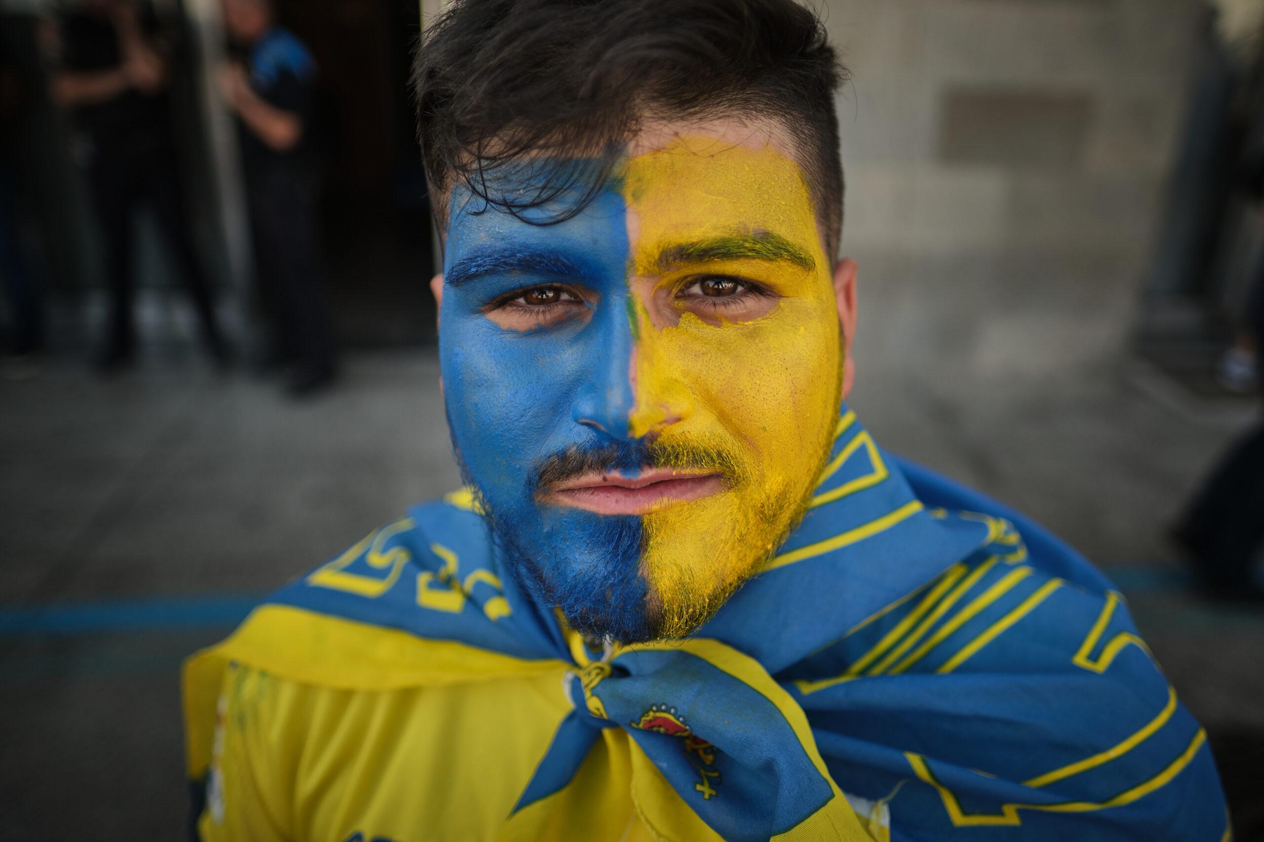 Primer Premio. Categoría: Deportes (Serie). Un aficionado de la UD Las Palmas enseña a cámara su maquillaje minutos antes de comenzar el partido. Julio 9, 2019. Santa Cruz de Tenerife. Andrés Gutiérrez