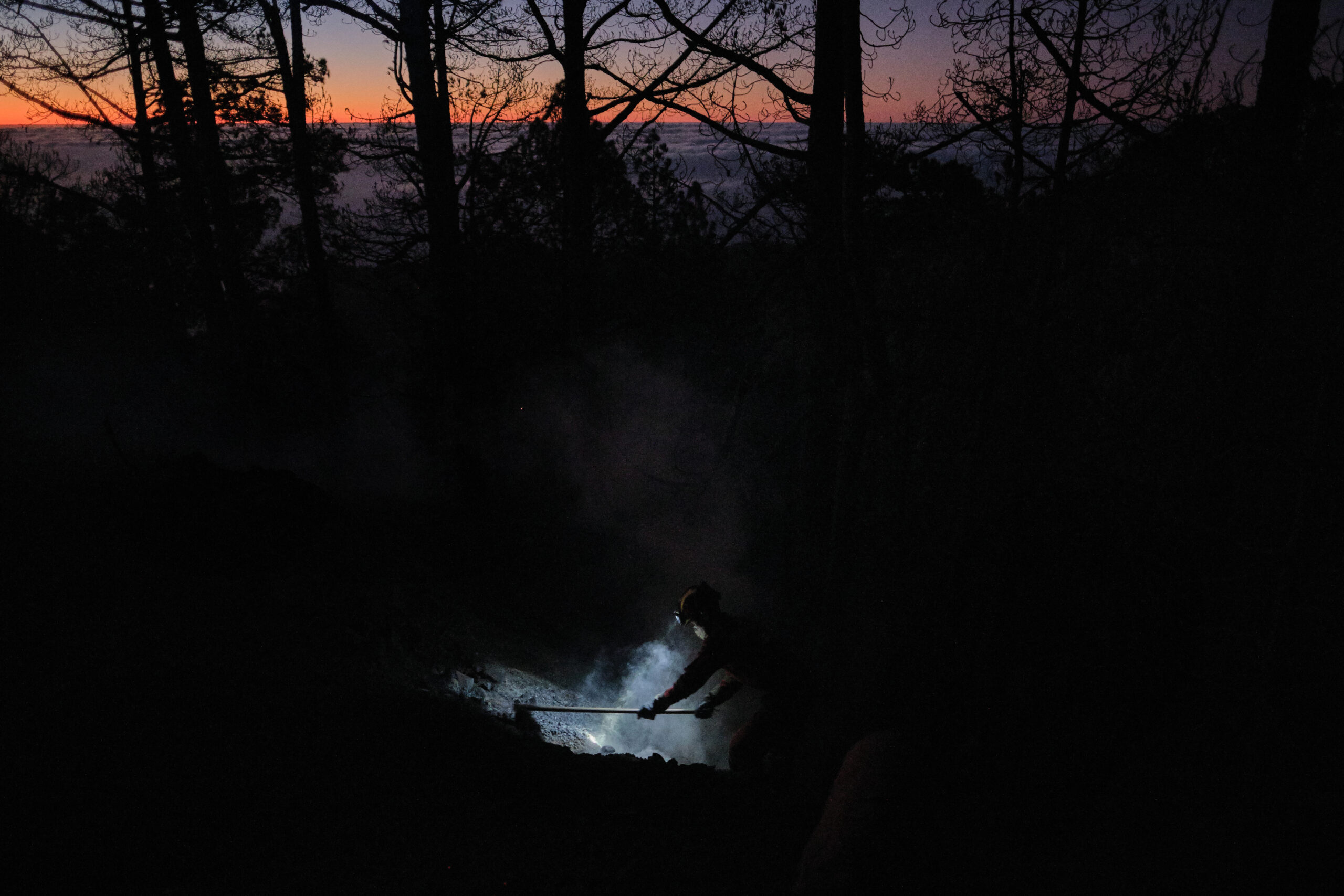 Segundo Premio Individual. Categoría: Sociedad. Un operario de la Unidad Militar de Emergencia (UME) trabaja en las labores de extinción de un incendio forestal declarado en la isla de La Palma. Agosto 23, 2020. La Palma. Andrés Gutiérrez