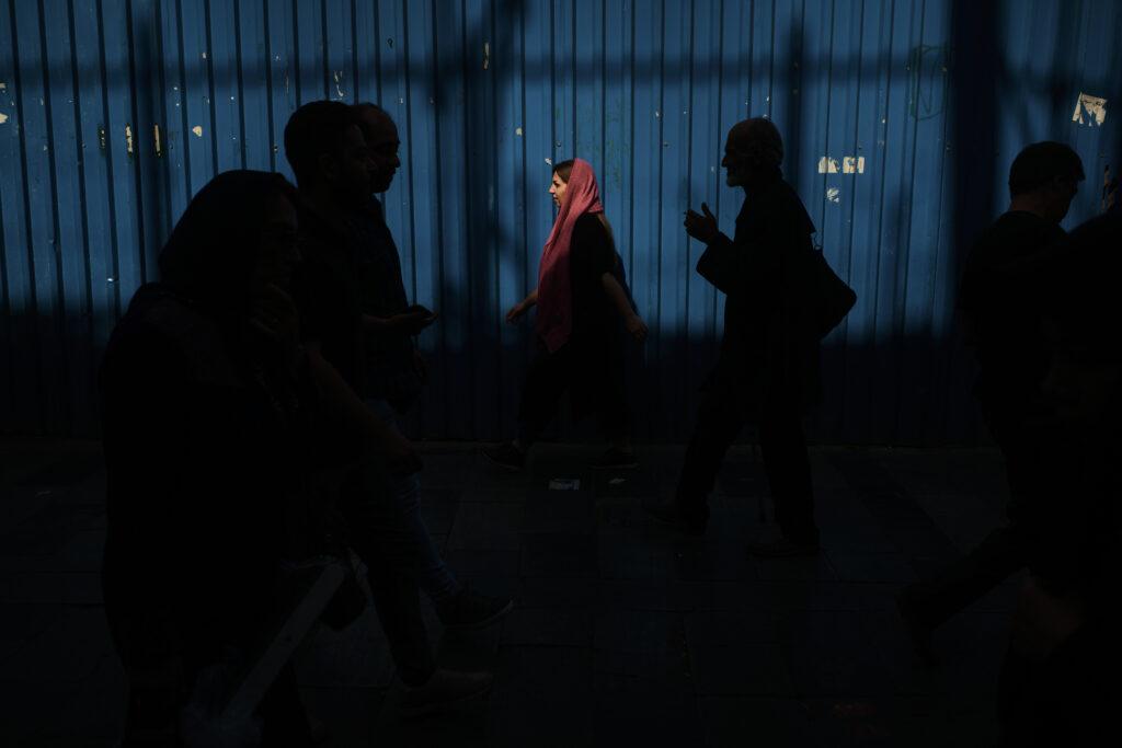 Segundo Premio Individual. Categoría: Mejor trabajo en el exterior. Una mujer joven luce un pañuelo de color y a la mitad de su cabeza, como señal de rebeldia, en una concurrida calle del centro en la ciudad de Tehéran, Irán. Octubre 14, 2019. Andrés Gutiérrez