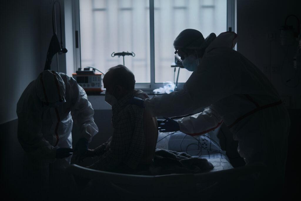 Segundo Premio. Categoría: Sociedad (Serie). Dos enfermeros chequean a un paciente positivo de coronavirus en la emergencia del Hospital Universitario de Canarias. Noviembre 27, 2020. Santa Cruz de Tenerife. Andrés Gutiérrez