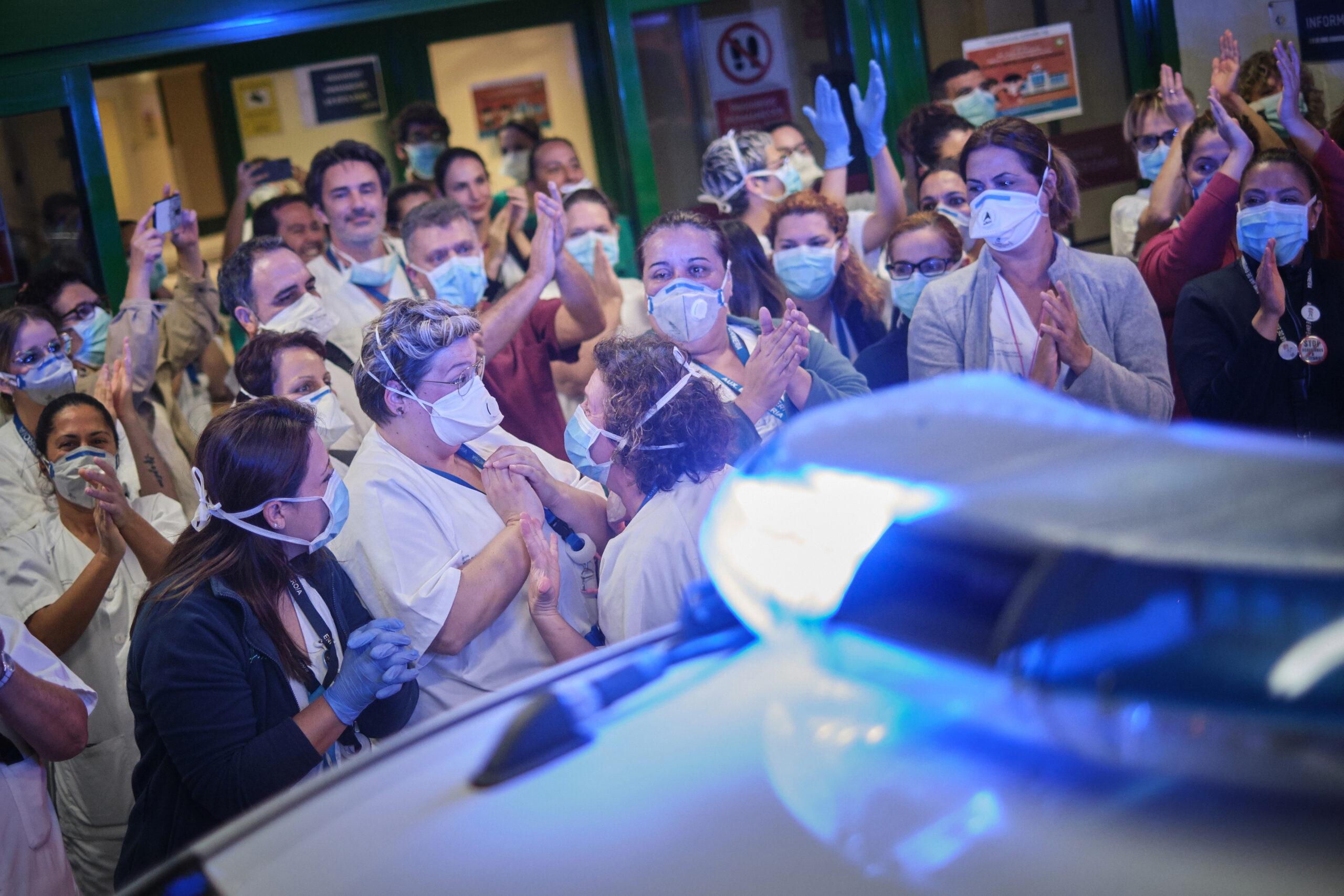 Segundo Premio. Categoría: Sociedad (Serie). Un grupo de enfermeras se abrazan y se felicitan durante un homenaje hecho por parte de las fuerzas de seguridad del estado (Policía Nacional y Policía Local) en las primeras del semanas de confinamiento. Hospital Nuestra Señora de La Candelaria. Marzo 28, 2020. Santa Cruz de Tenerife. Andrés Gutiérrez