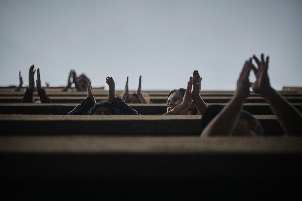 Segundo Premio. Categoría: Sociedad (Serie). Un grupo de personas aplaude desde sus balcones a los miles de sanitarios y enfermeros que luchan cada día por salvar vidas en los hospitales del país. Abril 3, 2020. Santa Cruz de Tenerife.   Todas las tardes, a las 19 horas, el país entero aplaudía y rendía homenaje a los sanitarios que combatían, y continúan combatiendo una pandemia que deja ya en España más de 40.000 fallecidos. Andrés Gutiérrez