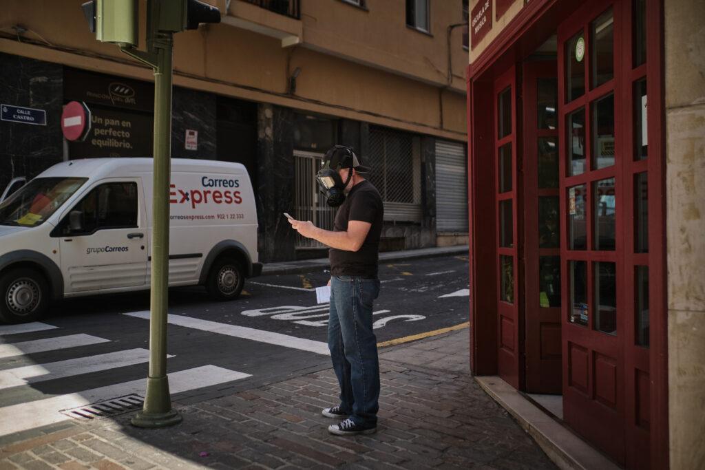 Segundo Premio. Categoría: Sociedad (Serie). Un hombre sale de una tienda de instrumentos musicales vistiendo una mascara táctica de gas durante la fase 2 de la desescalada por la pandemia de la COVID-19. Mayo 5, 2020. Santa Cruz de Tenerife. Andrés Gutiérrez