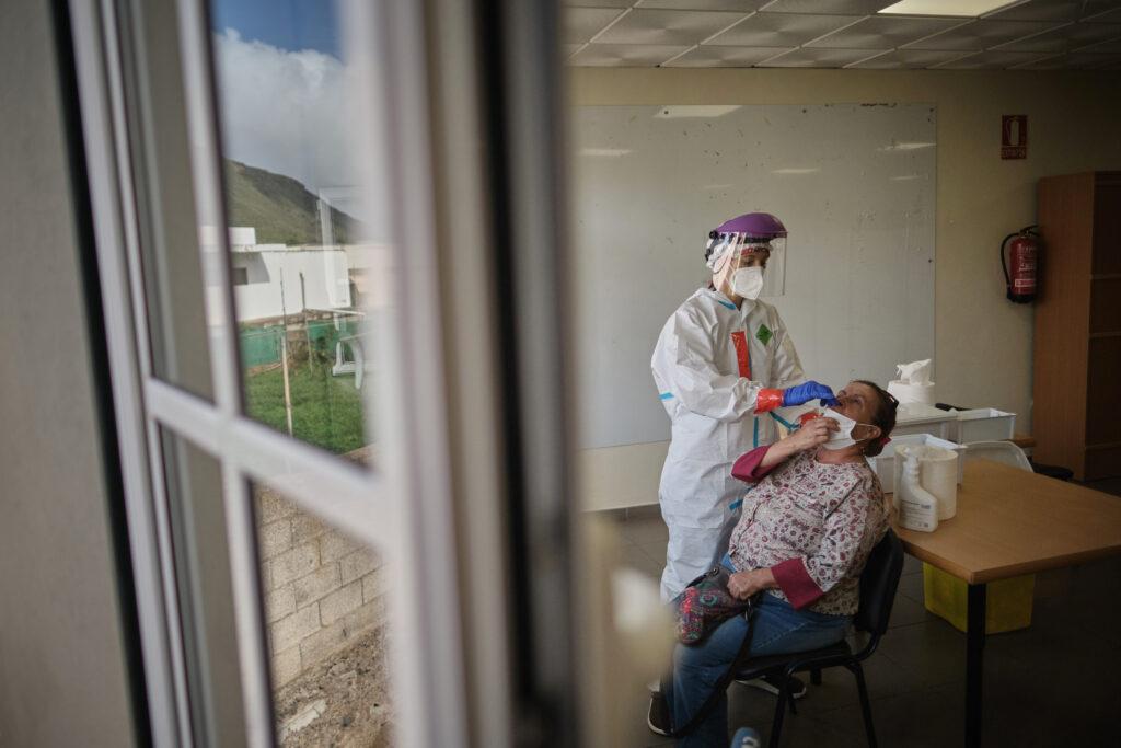 Segundo Premio. Categoría: Sociedad (Serie). Una enfermera realiza una prueba PCR a una paciente durante la campaña de rastreos de positivos en la Isla de Tenerife. Noviembre 18, 2020. Tegueste, Tenerife. Andrés Gutiérrez