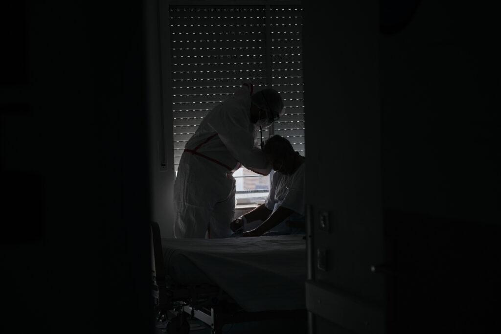 Segundo Premio. Categoría: Sociedad (Serie). Un enfermero atiende un hombre de avanzada edad y positivo de coronavirus en la planta de hospitalización del Hospital Universitario de Canarias. Noviembre 27, 2020. Santa Cruz de Tenerife. Andrés Gutiérrez
