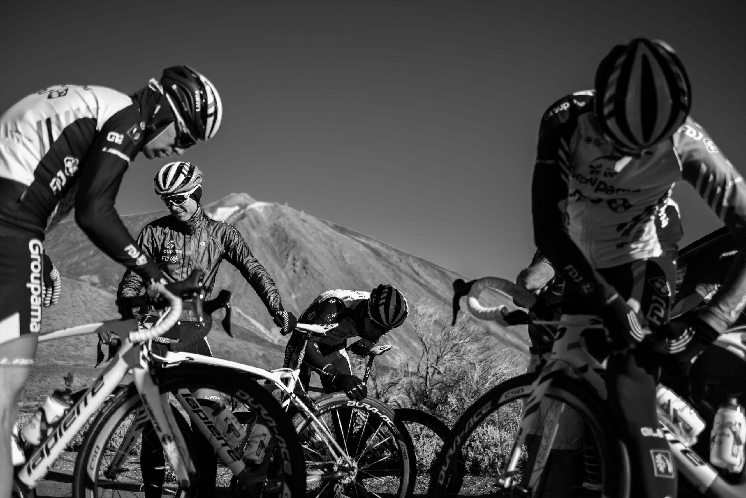 Primer Premio. Categoría: Deportes (Serie). El equipo Groupama- FDJ prepara sus bicicletas para la rutina de entrenamiento prevista para la mañana. Al fondo de la imagen el pico de El Teide. Enero 30, 2019. Las Cañadas del Teide. Tenerife.  Andrés Gutiérrez