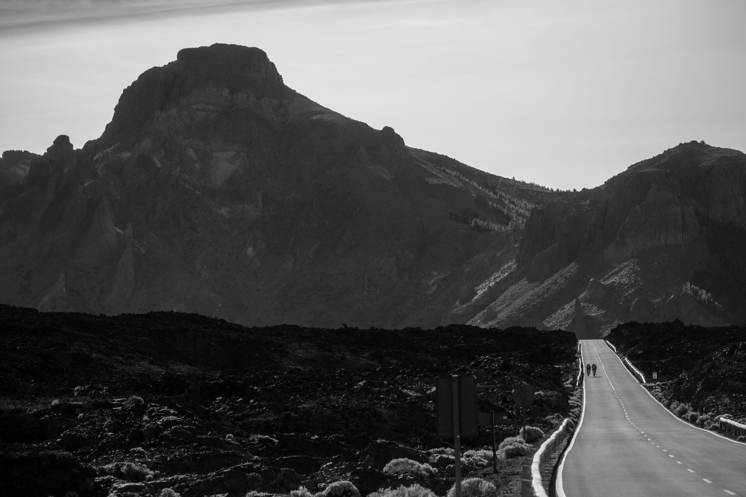 Primer Premio. Categoría: Deportes (Serie). El pequeño pelotón de cuatro ciclistas comienza su entrenamiento por las Cañadas del Teide. Al fondo de la imagen el Roque Guajara. Enero 30, 2019. Andrés Gutiérrez