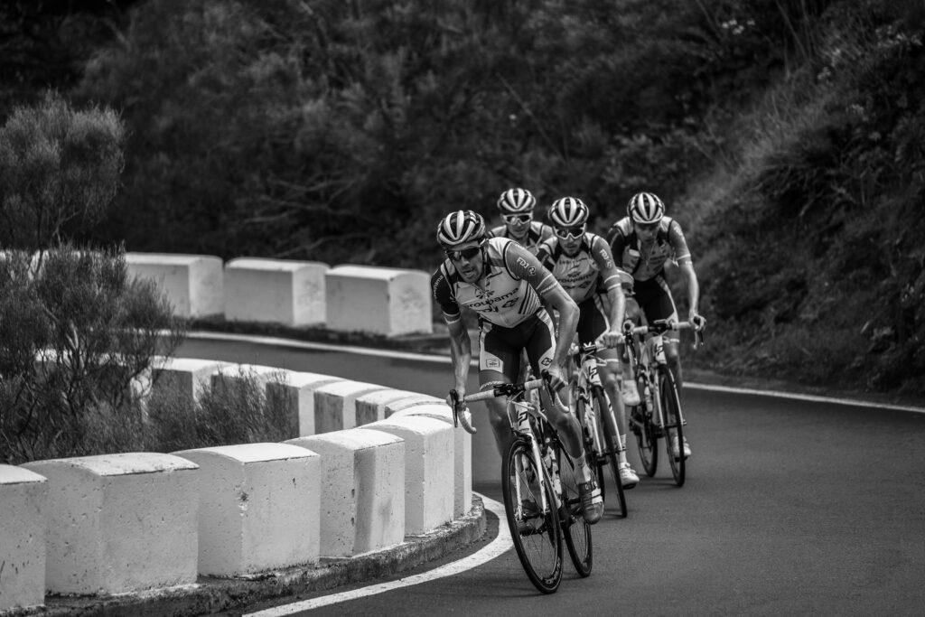 Primer Premio. Categoría: Deportes (Serie). Thibaut Pinot, encabeza el grupo de ciclistas durante el descenso desde las Cañadas de el Teide hacia norte de la islas de Tenerife. Enero 30, 2019. Andrés Gutiérrez