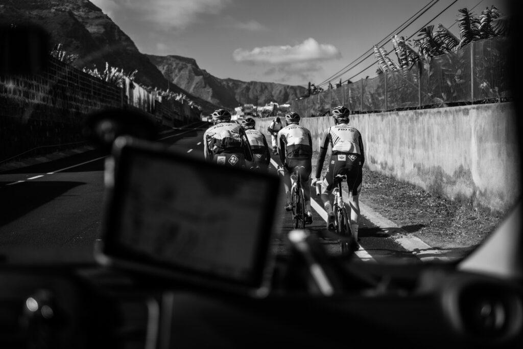 Primer Premio. Categoría: Deportes (Serie). El equipo Groupama- FDJ pedalea fuerte y rápido por la zona de Los Silos, al norte de la isla de Tenerife, mientras el equipo técnico chequea la ruta por el GPS instalado en el vehículo de apoyo. Enero 30, 2019. Andrés Gutiérrez