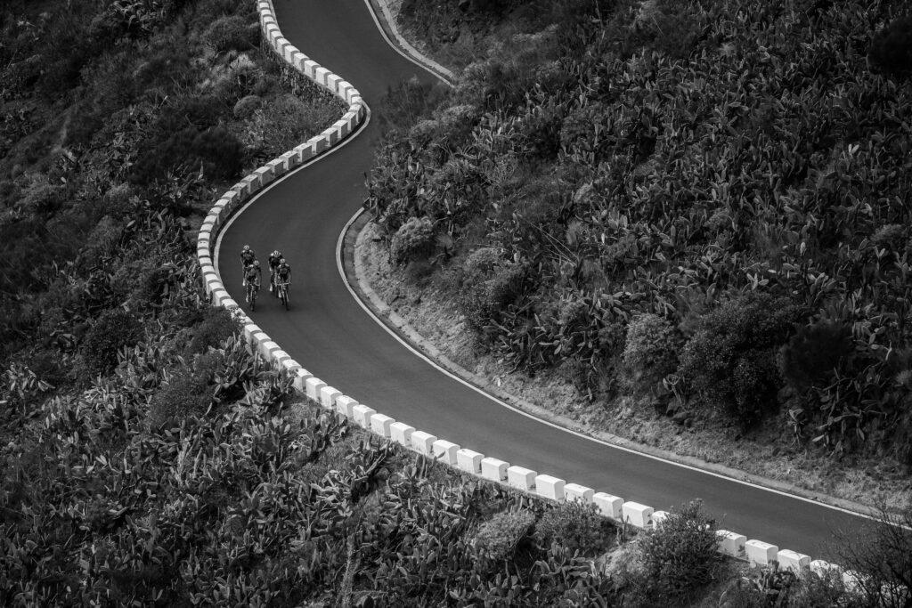 Primer Premio. Categoría: Deportes (Serie). El equipo Groupama- FDJ asciende por una carretera llena de curvas desde la zona de la Isla Baja hacia Masca. La isla de Tenerife es el lugar perfecto para entrenar ciclismo por su variada orografia y buen clima durante todo el año. Enero 30, 2019. Andrés Gutiérrez