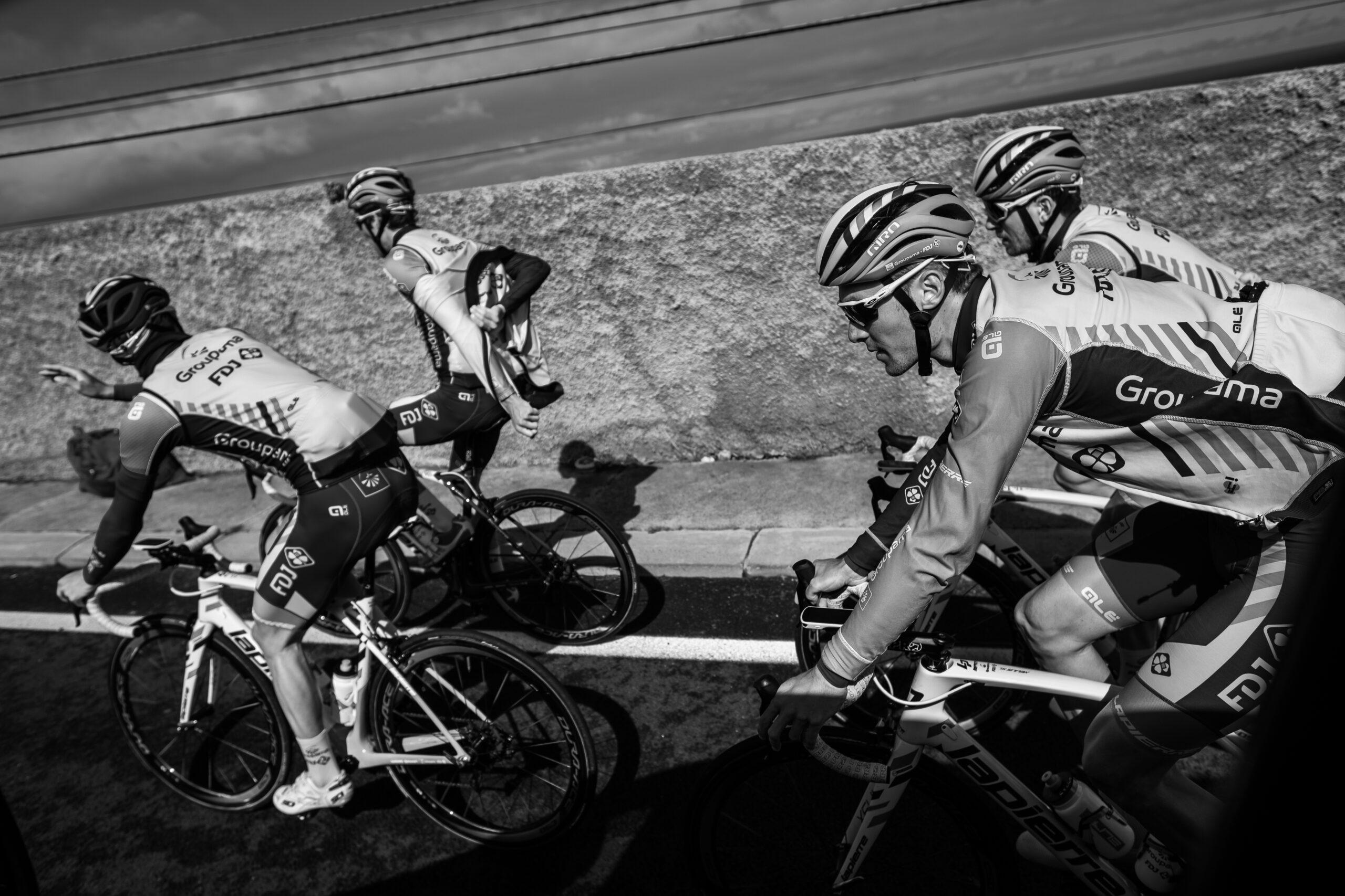 Primer Premio. Categoría: Deportes (Serie). El equipo Groupama- FDJ en acción durante el entrenamiento matinal. Enero 30, 2019. Andrés Gutiérrez