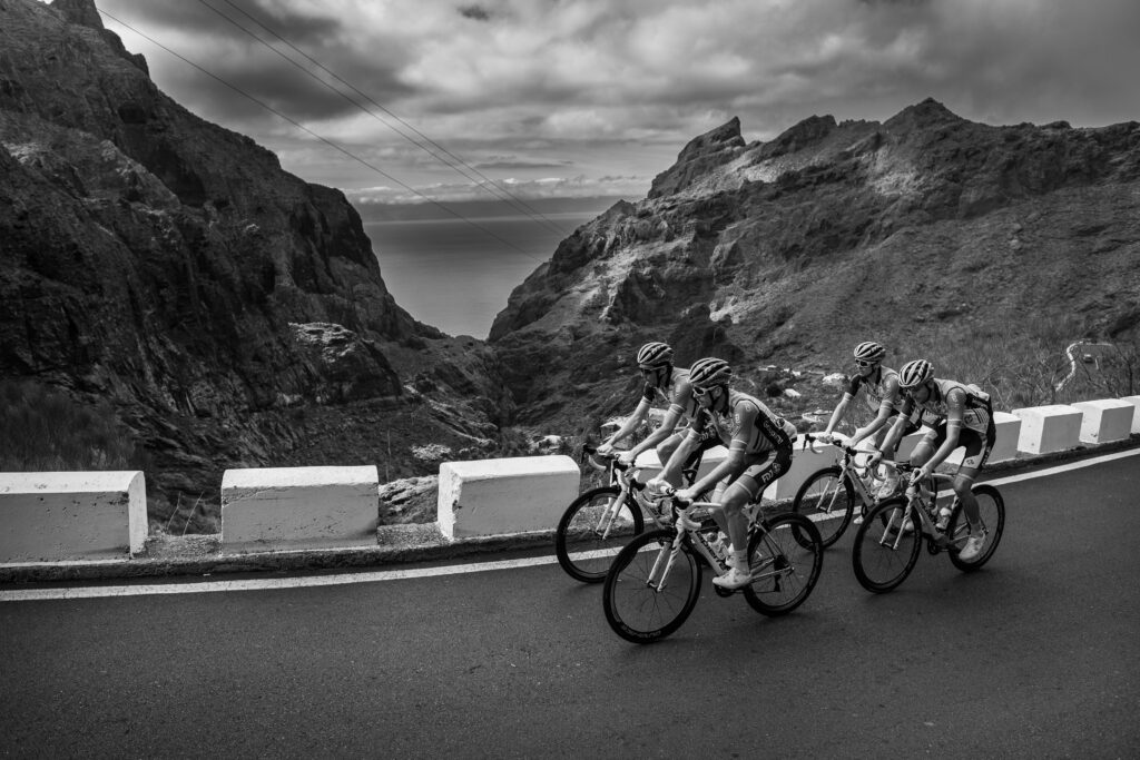 Primer Premio. Categoría: Deportes (Serie). El equipo Groupama- FDJ entrena por los altos de Masca. Uno de los paisajes más espectaculares de la Isla de Tenerife. Enero 30, 2019. Andrés Gutiérrez