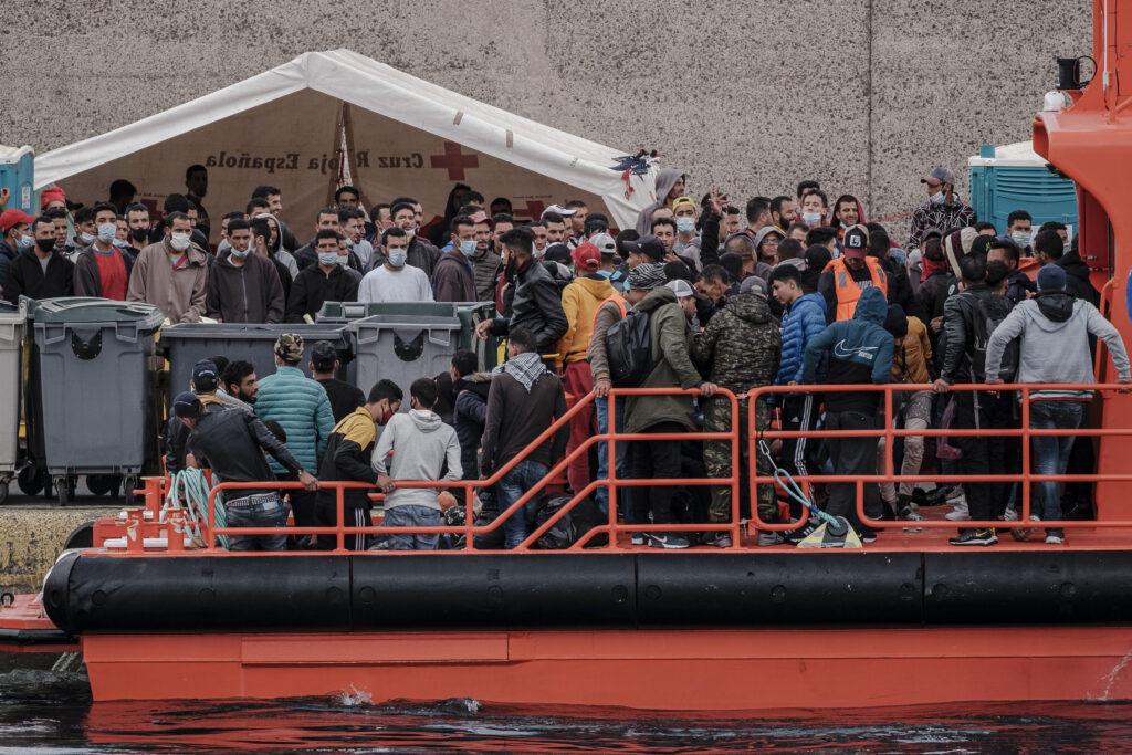 Mención de Honor . Categoría: Sociedad (Serie). MOGÁN (GRAN CANARIA). 14/11/2020.- Salvamento Marítimo ha rescatado entre la pasada medianoche y la madrugada de este sábado a 294 inmigrantes de once pateras, 253 de ellos fueron desembarcado en Arguineguín y 41 en Fuerteventura, ya que esta última se localizó al sur de esta isla, a estos hay que sumarles 99 inmigrantes que rescató y traslado la Menkalinan a Arguineguín a medio día de este sábado, pero que previsiblemente aumentará, pues ya se encuentra nuevamente en alta mar. Ángel Medina G.