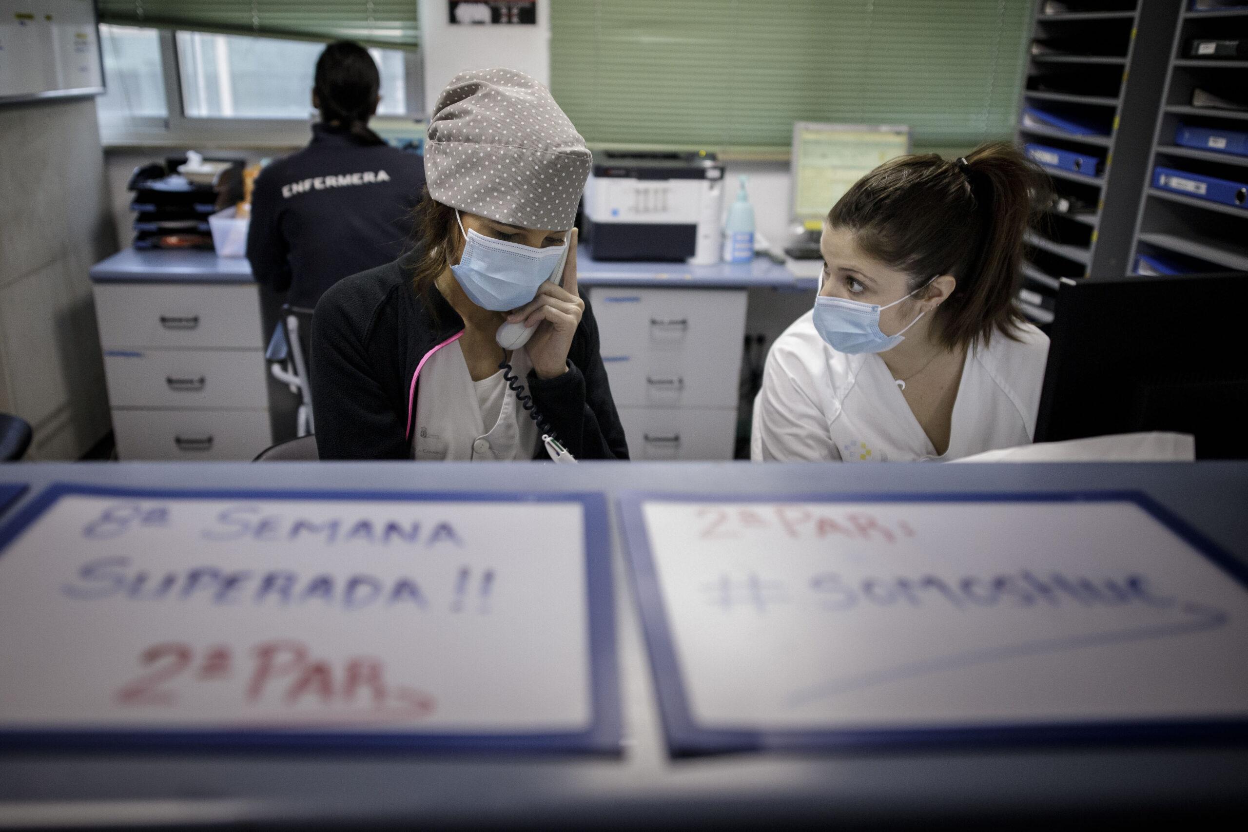 Mención de Honor. Categoría: Sociedad (Serie). Unas enfermeras atienden al teléfono en el control de enfermería de la planta 2ª PAR del Hospital Universitario de Canarias, donde están hospitalizados pacientes con Covid-19. Ramón de la Rocha
