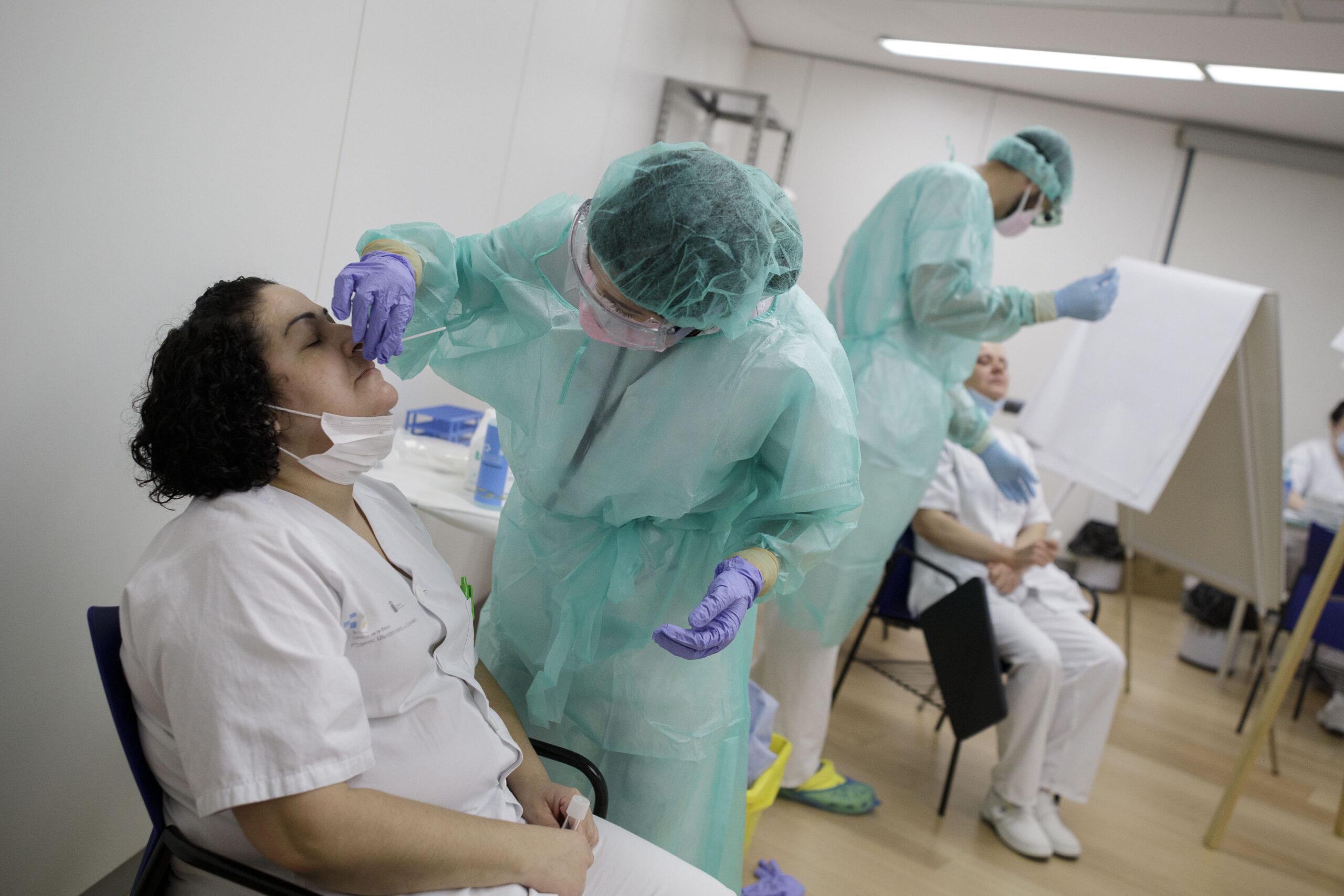 Mención de Honor. Categoría: Sociedad (Serie). Personal sanitario se realiza pruebas periódicas PCR en el Hospital Universitario de Canarias, para detectar posibles casos de Covid-19. Ramón de la Rocha