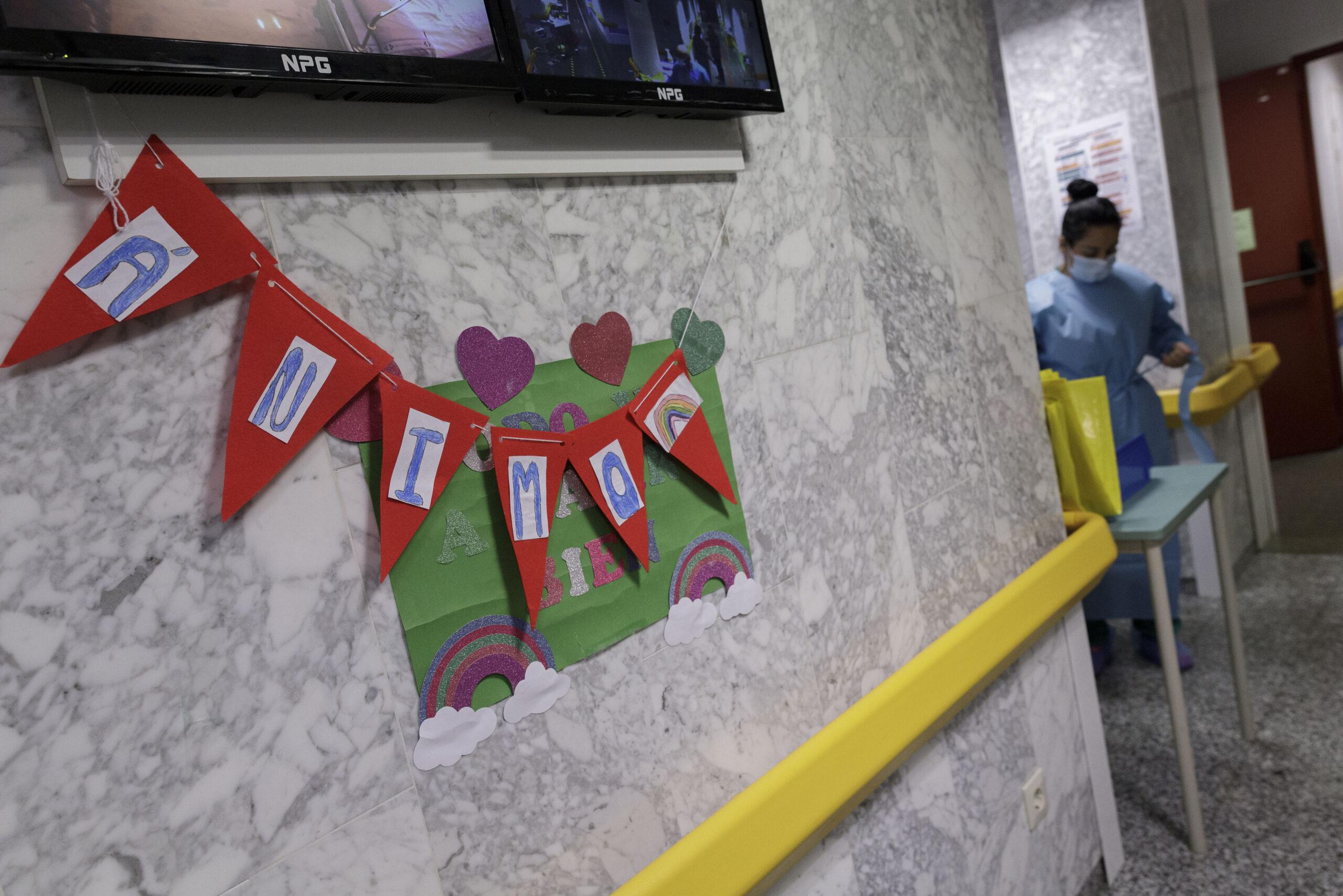 Mención de Honor. Categoría: Sociedad (Serie). Una enfermera se protege con un traje EPI en una planta con enfermos de Covid-19 en el Hospital Universitario Nuestra Señora de Candelaria. Ramón de la Rocha