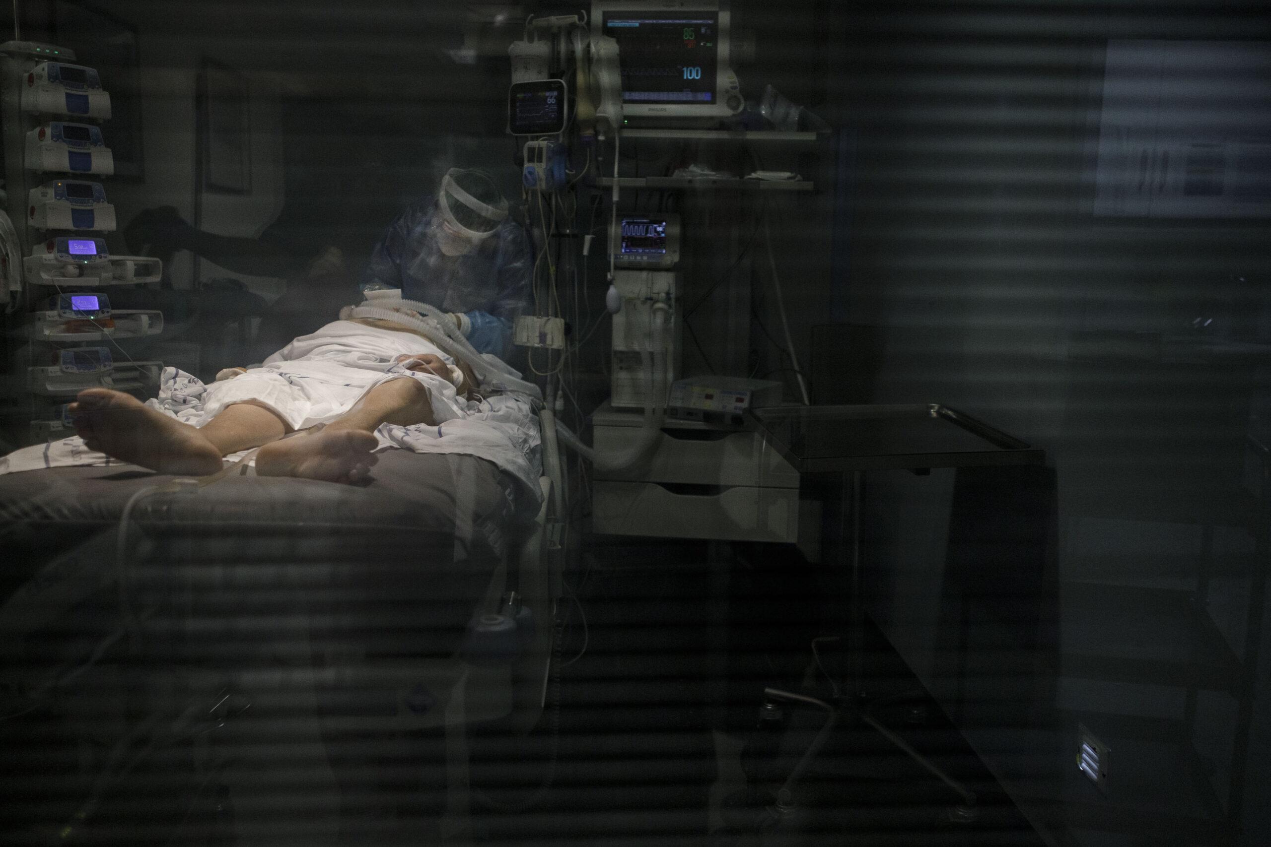 Mención de Honor. Categoría: Sociedad (Serie). Personal sanitario atiende a un enfermo de Covid-19 en la UCI del Hospital Universitario Nuestra Señora de Candelaria. Ramón de la Rocha