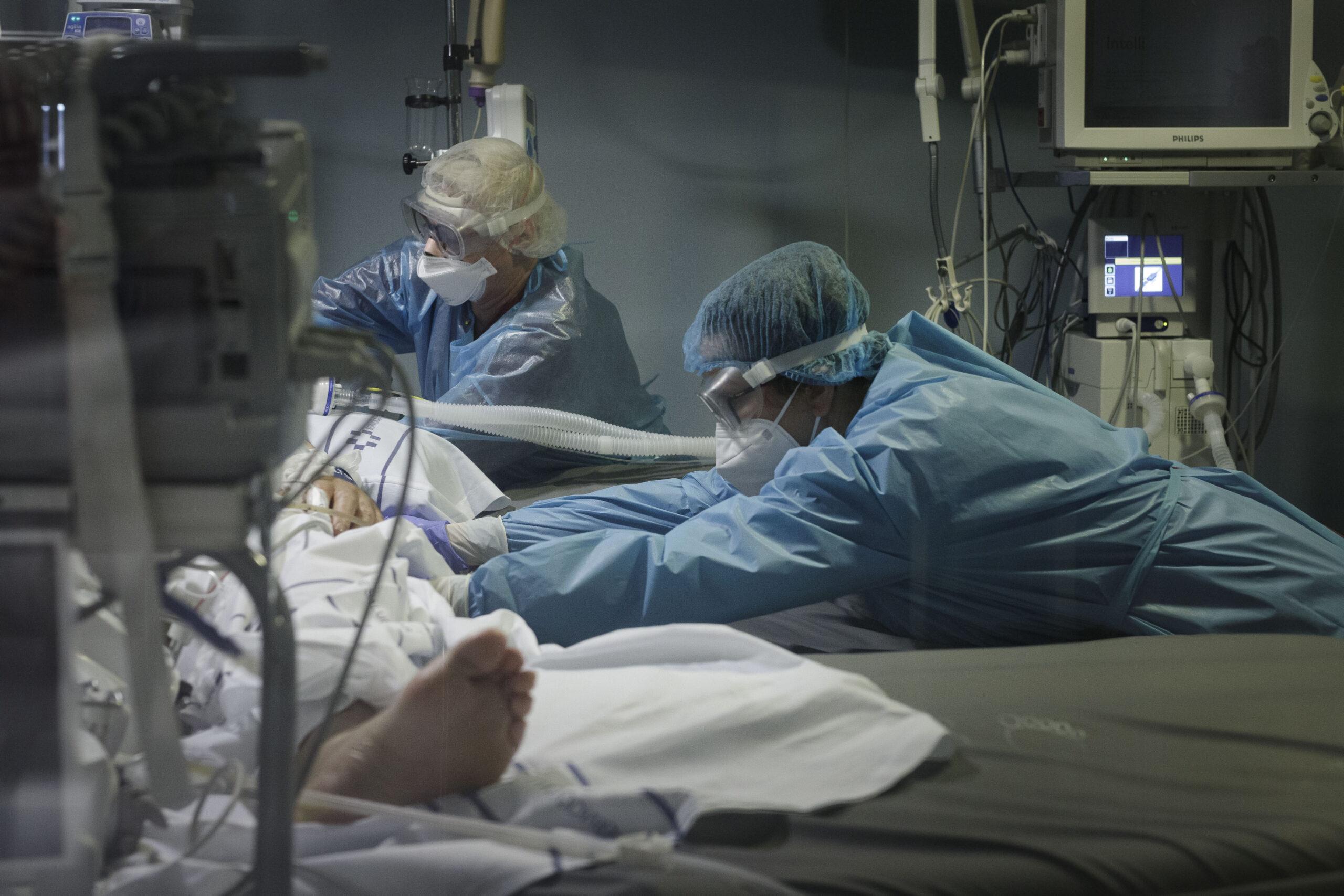 Mención de Honor. Categoría: Sociedad (Serie). Personal sanitario traslada de camilla a un enfermo de Covid-19 en la UCI del Hospital Universitario Nuestra Señora de Candelaria. Ramón de la Rocha