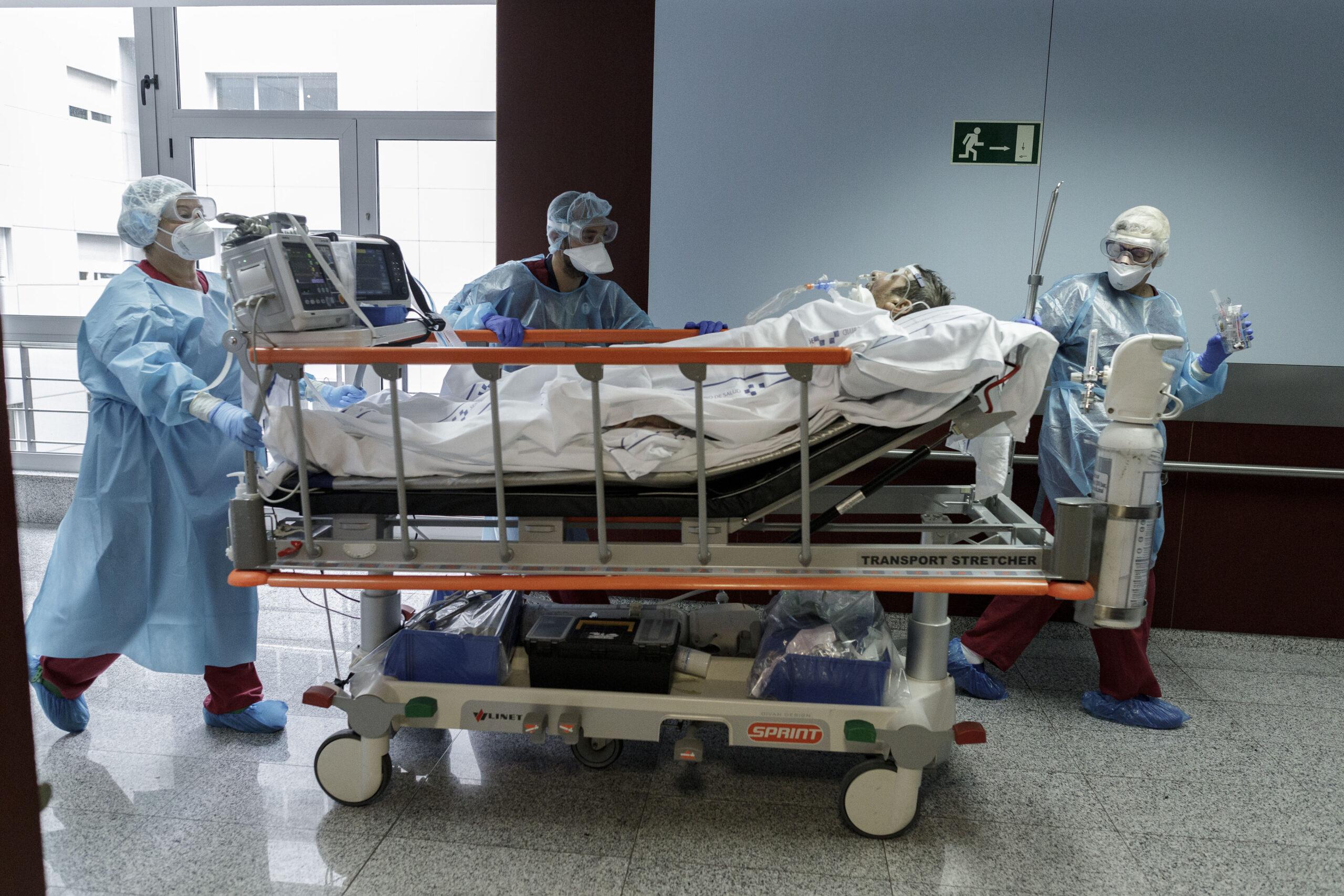 Mención de Honor. Categoría: Sociedad (Serie). Personal sanitario traslada a la sala de rayos X a un enfermo de Covid-19 en la UCI del Hospital Universitario Nuestra Señora de Candelaria. Ramón de la Rocha