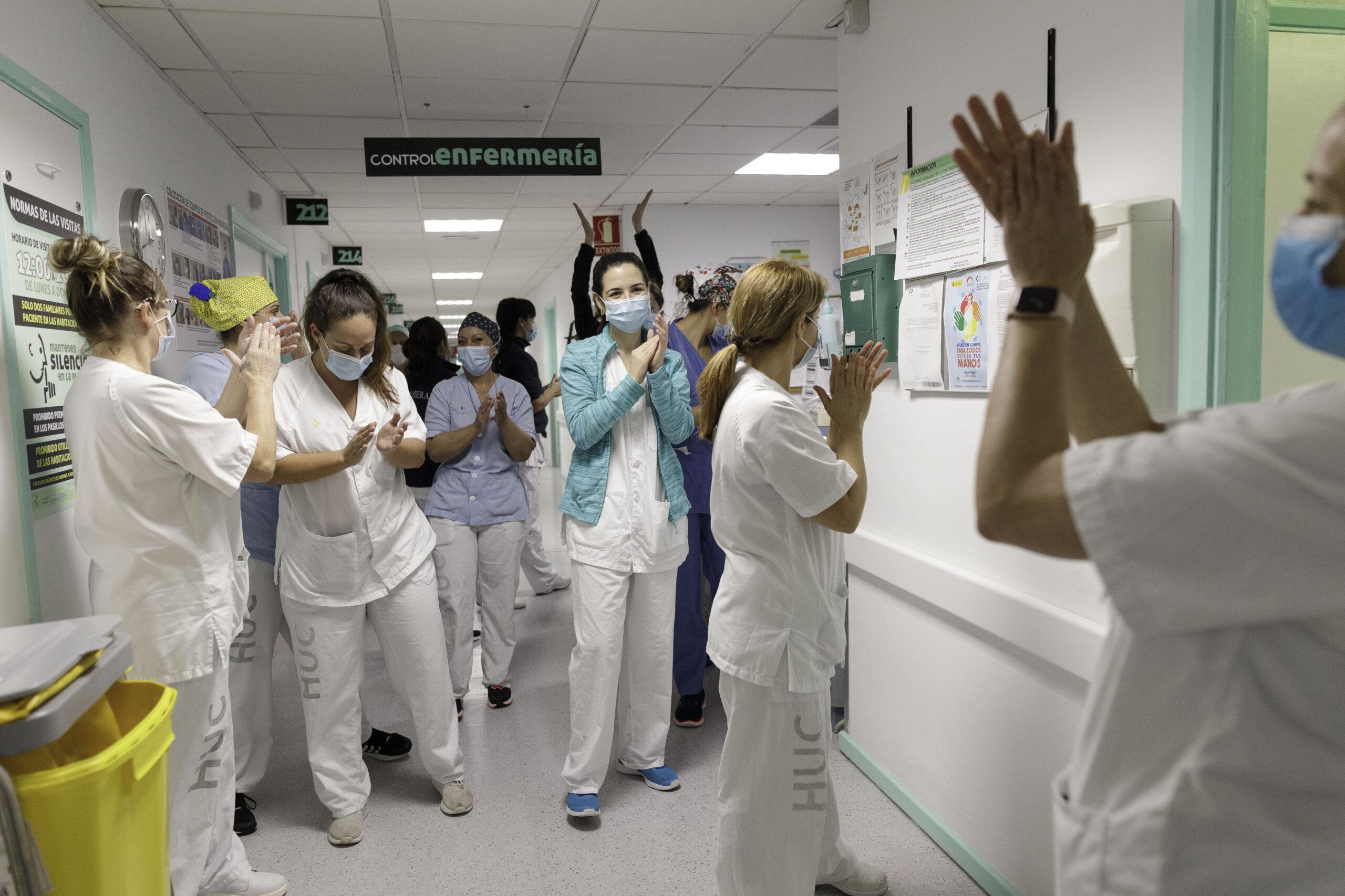 Mención de Honor. Categoría: Sociedad (Serie). Personal de enfermería de la planta de hospitalización de Covid.19 2ª PAR del Hospital Universitario de Canarias, se da ánimos tras superar una semana más de atención a los enfermos. Ramón de la Rocha