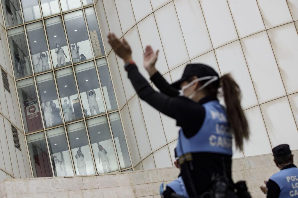 Mención de Honor. Categoría: Sociedad (Serie). Policías aplauden al personal sanitario del Hospital Universitario de Canarias, como muestra de reconocimiento a la labor que realizan atendiendo a los enfermos por la pandemia de Covid-19. Ramón de la Rocha