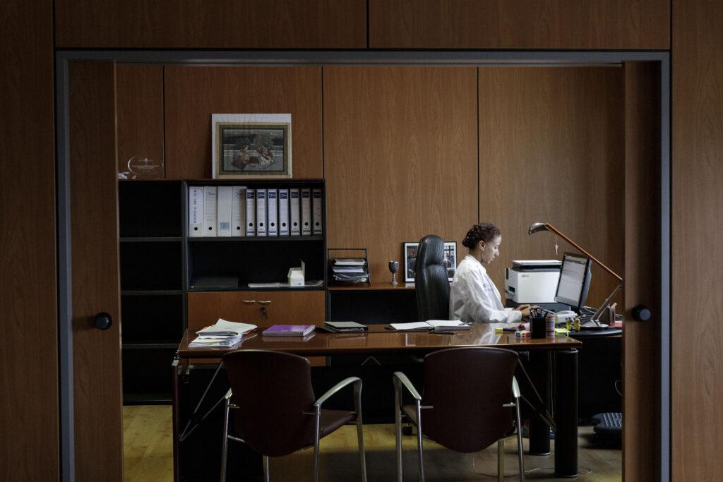 Mención de Honor. Categoría: Sociedad (Serie). La gerente del Hospital Universitario Nuestra Señora de Candelaria, Natacha Sujanani, trabajo en su despacho desde donde dirige las actuaciones para atender a los pacientes afectados por la pandemia de Covid-19. Ramón de la Rocha